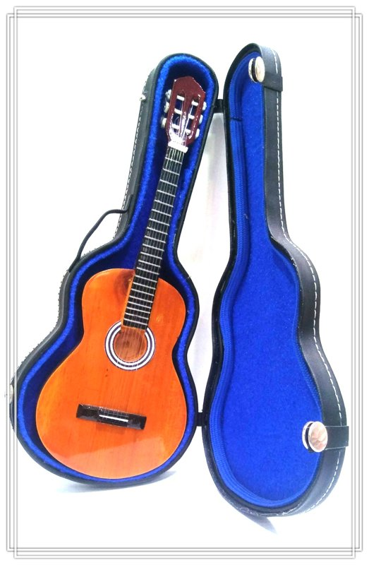 Mini guitarra con funda.